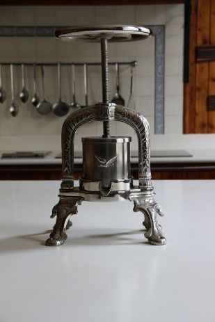 French_duck_press,_Cawdor_Castle_01